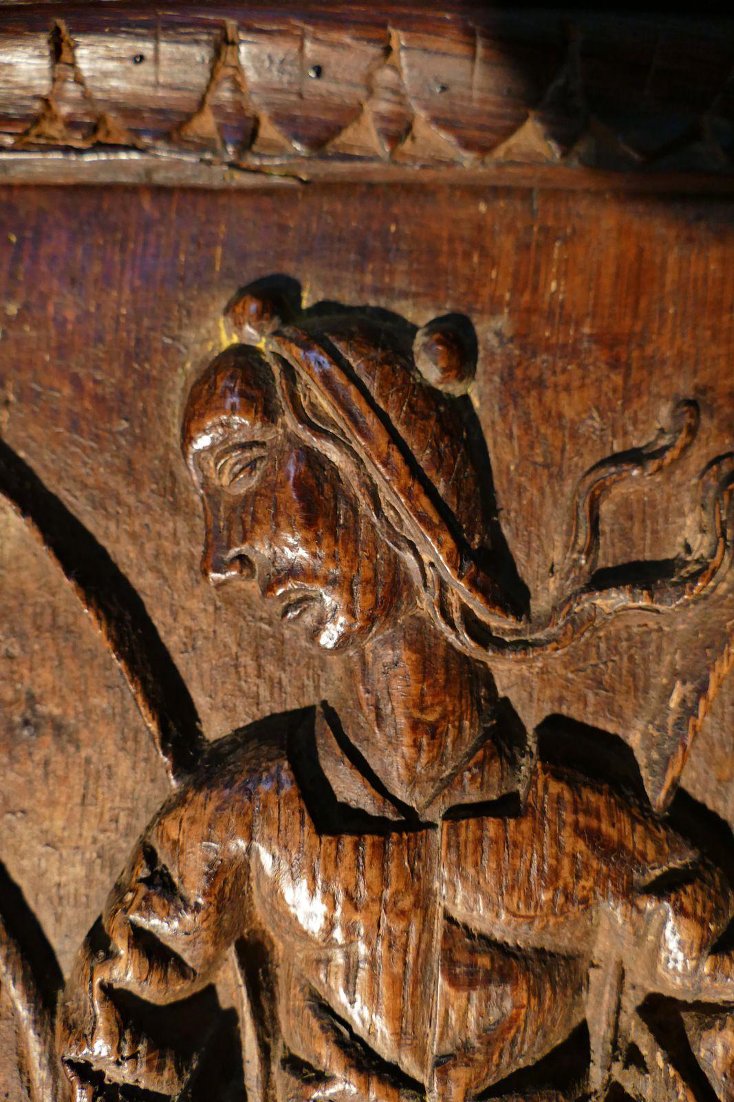 Haut-dossier des stalles sud (v. 1518-1525) de la collégiale Notre-Dame de La Guerche-de-Bretagne. Photographie lavieb-aile octobre 2020.