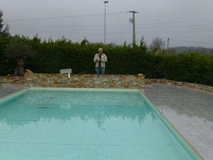 Victor autour de la piscine en cours de renovation