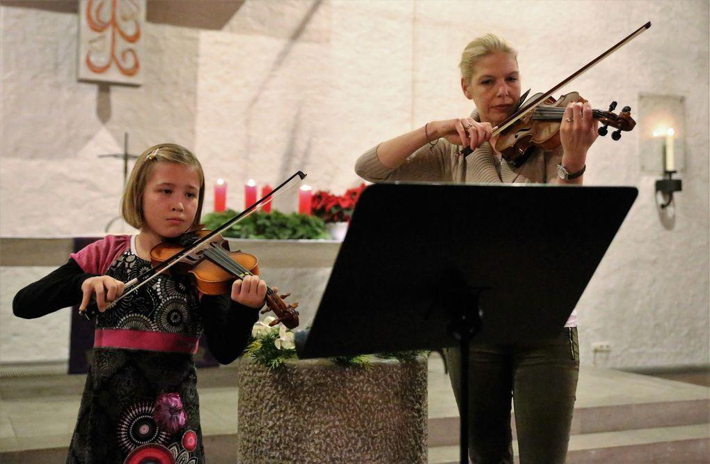 Sophie Hoier glänzte auf der Violine mit einem Adventschoral, begleitet von ihrer Geigenlehrerin Eva Passas.