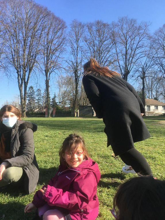 """Aujourd'hui, à la recherche des oeufs de """"Cocotte"""" avec les petits, jeux et contes pour les 6-7 ans et Tchoukball pour les grands, après la rélisation d'un carousel à photo ce matin.Pendant les vacances , les enfants ont appris à jouer ensemble sans tricher, à être """"fairplay"""", savoir perdre et gagner.  """"Le jardin qui chante"""" / les jeunes ont démarré le projet """"hotel à insecte"""", ils seront douillets pour l'été, ils ont briqué le foyer (regardez les mamans, ils font les carreaux, les poussières, la vaisselle), ces vacances ont aussi été l'occasion de nos premières ballades dans les bois, vivement les prochaines vacances."""