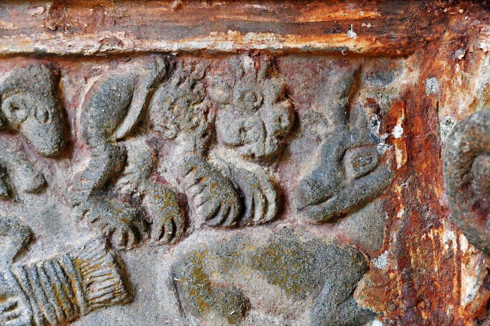 La frise (kersanton, traces de polychromie ocre, Valet  du Maître de Plougastel, 1606) du porche intérieur de Guimiliau.   Photographie lavieb-aile 2021.