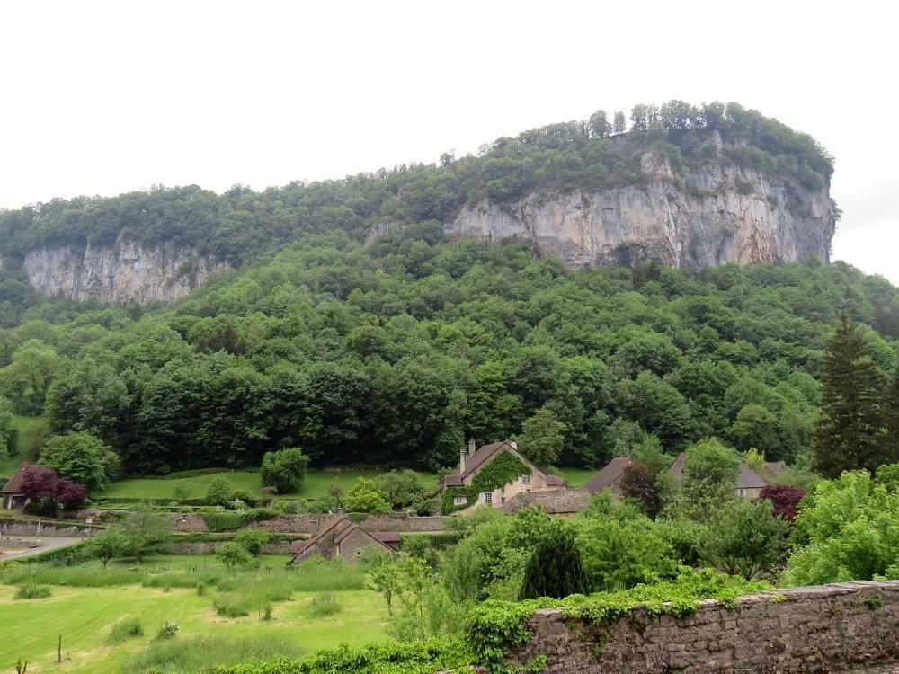 """Baume les Messieurs """"Un des plus beaux villages de France"""" blotti au centre de trois reculées"""