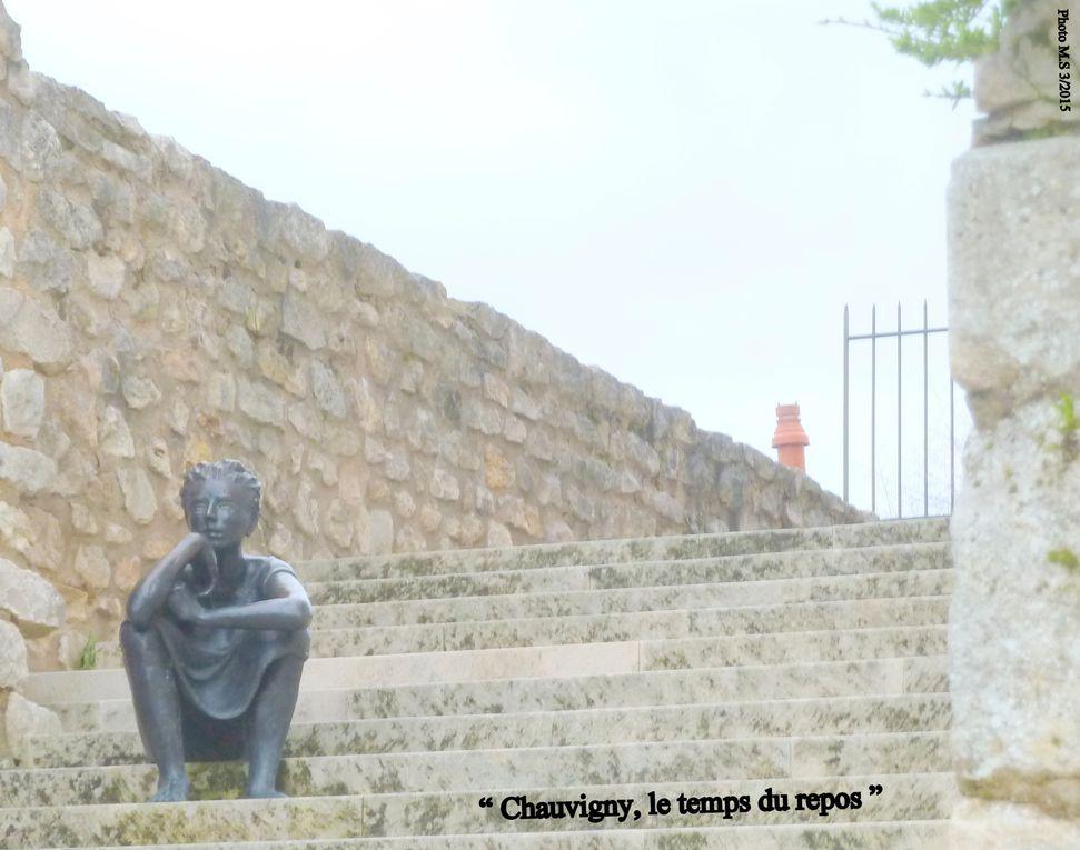 """Sur un piton rocheux """" Chauvigny """" est un site unique en Europe, en effet cette petite cité poitevine nous présente encore des vestiges de cinq châteaux forts, autrefois compris dans une seule enceinte de remparée. a 20 km de Poitiers, c'est à découvrir. Un petit restaurant recommandé... """" Choucas """" (un ancien couvent)."""