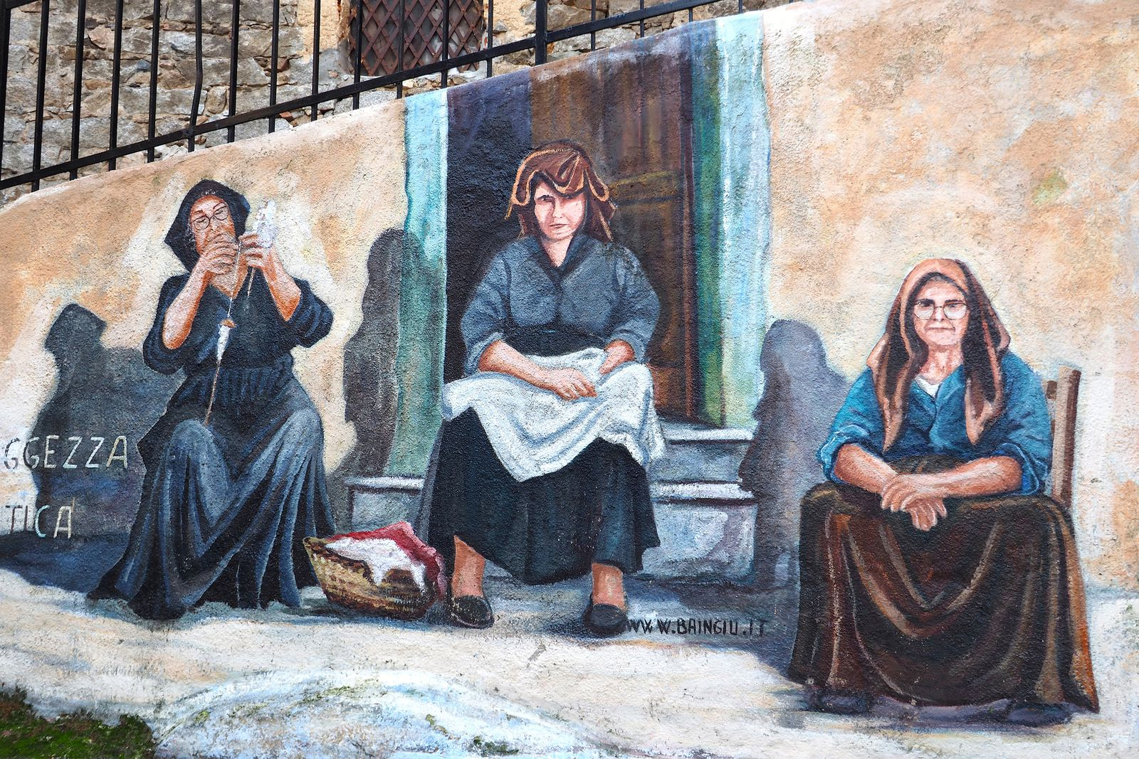Orgosolo est un village des Supramonte situé près de Nuoro, la troisième ville de l'île. Il se caractérise par de très nombreuses peintures murales, souvent en rapport avec l'histoire, la politique, l'écologie... Voir les détails en cliquant sur le lien ci-dessous.