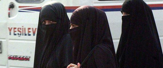 La Belgique abandonne le racisme censitaire : J.M. Pire, chef du protocole, arrache le niqab d'une princesse qatarie