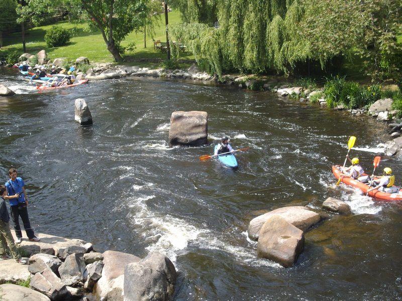Une cinquantaine de collégiens répartis dans plusieurs collèges se relaient pendant 1h30 afin d'effectuer le plus de tours possible de l'île de Locastel à Inzinzac-Lochrist sur le Blavet. Chaque équipe compte un ou deux kayaks biplaces.