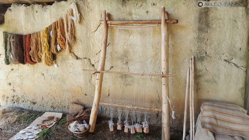 Démonstration de tissage néolithique au Musée des Tumulus de Bougon.