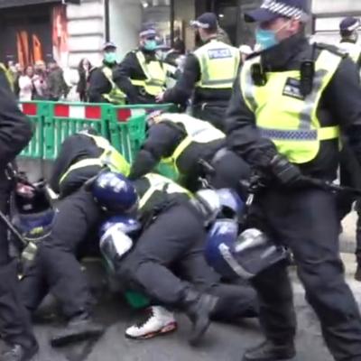 [Vidéos] Des arrestations effectuées alors que des manifestants anti-confinement défilent à Londres, défiant l'avertissement de la police de respecter les restrictions de la Covid-19 (RT)
