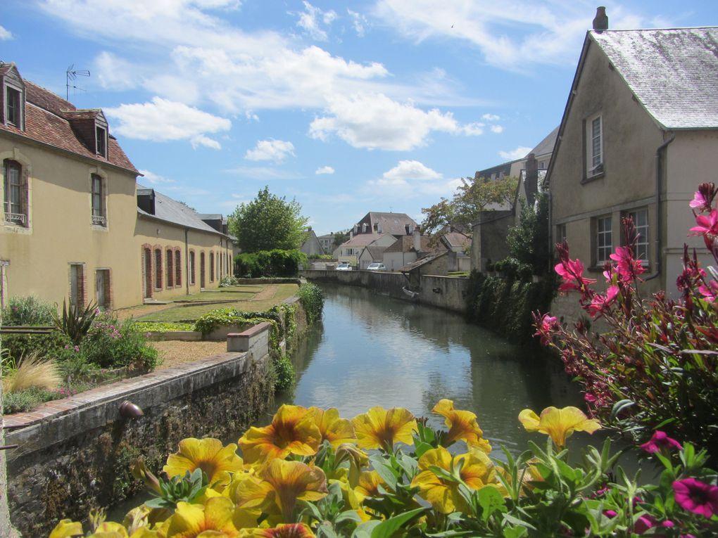 Lovée sur les bords de l'Huisne, la ville est surnommée « la Venise de l'Ouest » en raison de son dédale de rivières.  On peut la découvrir sous un autre angle en en faisant une balade en barque électrique.
