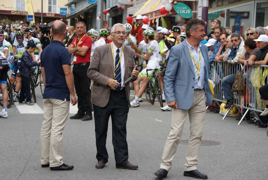 Le départ de la 12e étape du Tour de France 2012 a été donné à Saint-Jean-de-Maurienne. De nombreux bénévoles ont participé à l'organisation de l'événement.  Photos : J.Tracq