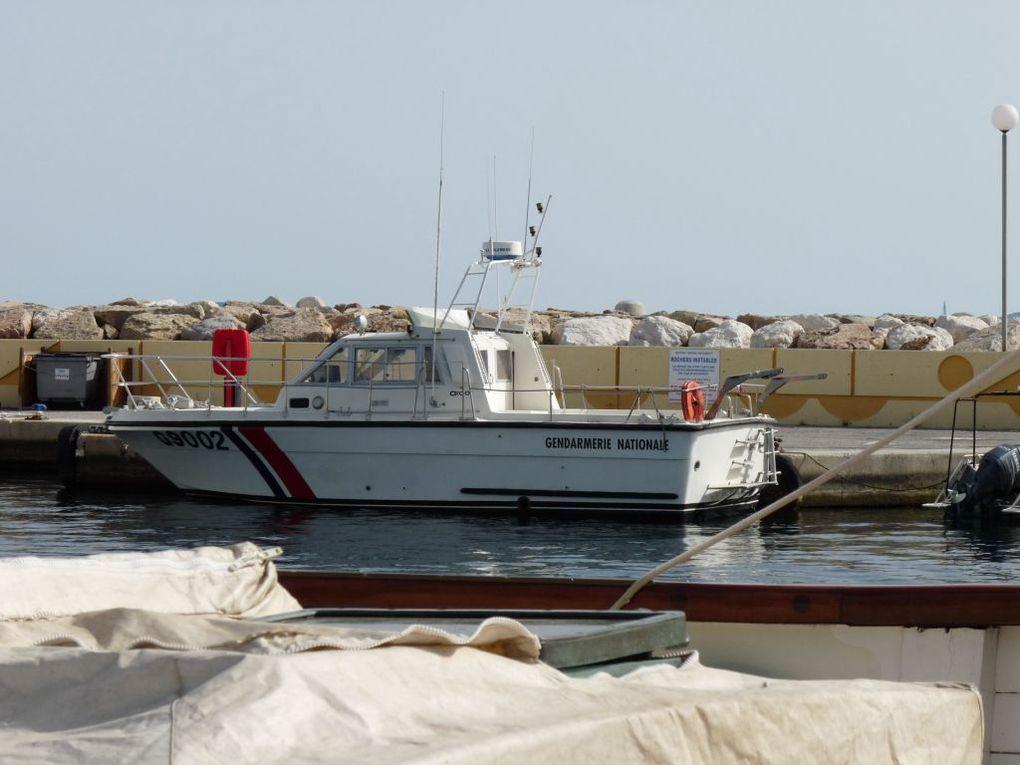 G9002  , vedette de la gendarmerie nationale ,  a quai dans le port du Lavandou le 03 avril 2011
