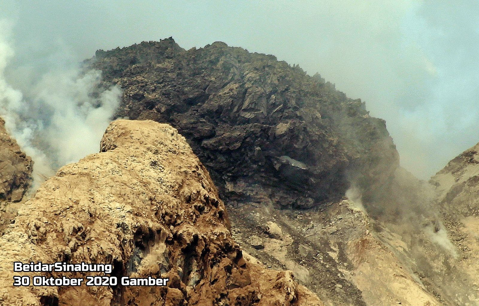 Sinabung - the impressive lava dome at the edge of the indentation - photo 30.10.2020 Firdaus Surbakti / Beidar Sinabung