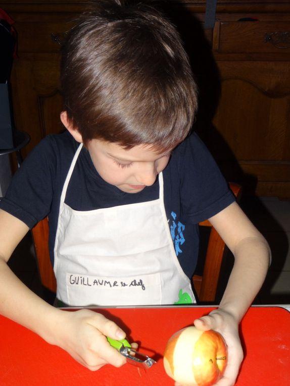 ÉTAPE N° 1: Guillaume épluche ses 2 pommes.Il est super concentré car c'est la toute première fois qu'il le fait !!!! Mais attention il prend soin de penser à faire des sourires pour le reportage photo ! Futur star et futur chef cuisinier mon ouistiti !Allez place à sa sœur ...
