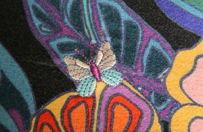 Réparation avec broderie de papillon
