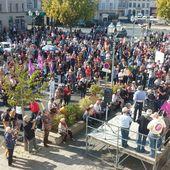 EN IMAGES - Dans l'Indre, 2500 personnes manifestent pour la défense de l'hôpital du Blanc