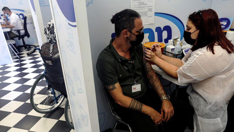Un residente israelí recibe la tercera dosis de la vacuna Covid-19 en Rishon Lezion, Israel © Reuters / Nir Elias