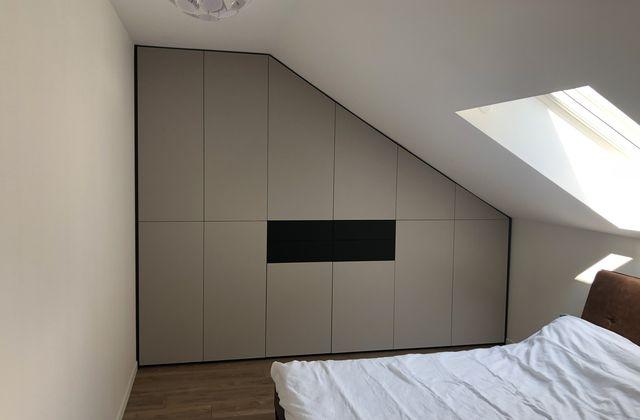 installation d'un nouveau dressing sous pente en laqué mat cachemire portes et tiroirs sans poignée système pousse lâche la classe