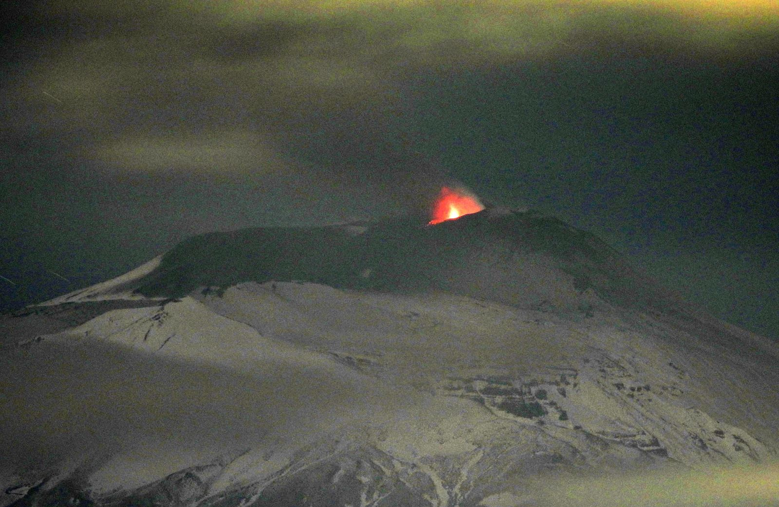 Etna - crater of the Saddle / SEC- Strombolian activity of 25.11.2020 in the evening - photo Boris Behncke