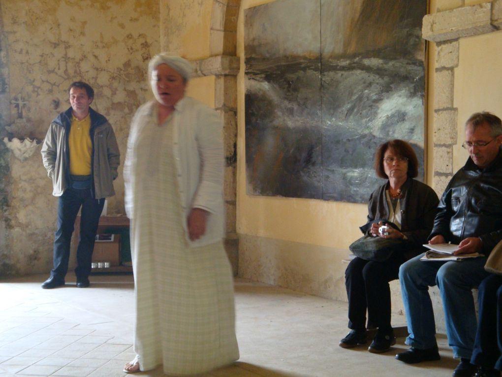 Kevin (derrière l'appareil), Philippe, Jules, Maud, Stéphanie, Sophie, en action pour l'installation de la Chapelle de la Victoire.