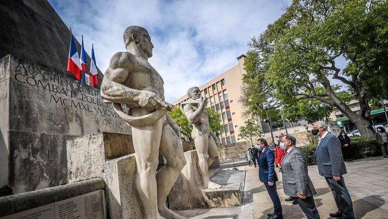Les présidents d'associations du souvenir ont déposé une gerbe. / PHOTO MIKAËL ANISSET
