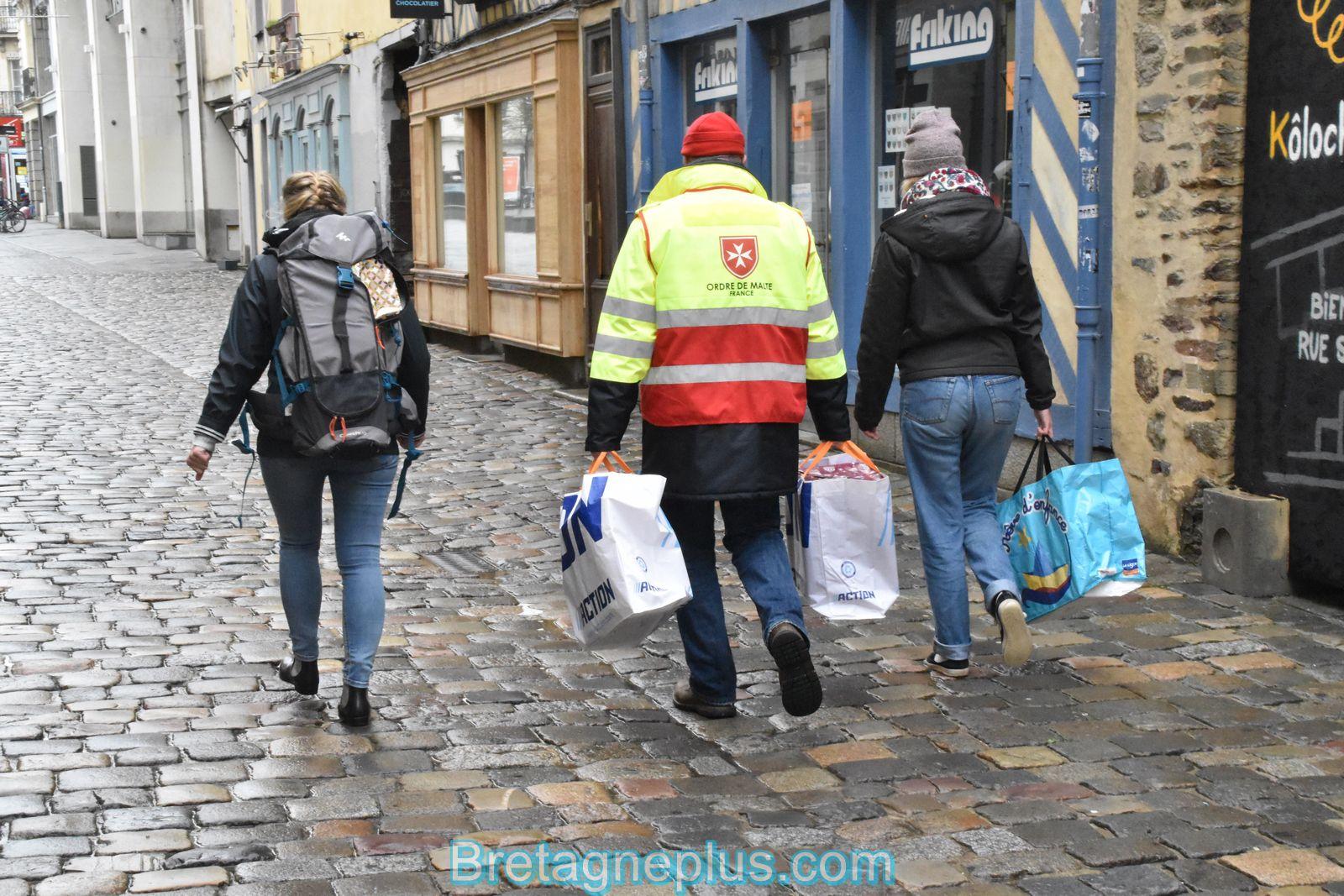 Distribution Rennaise des paquets cadeaux et boites de Noël solidaires pour les sans-abri