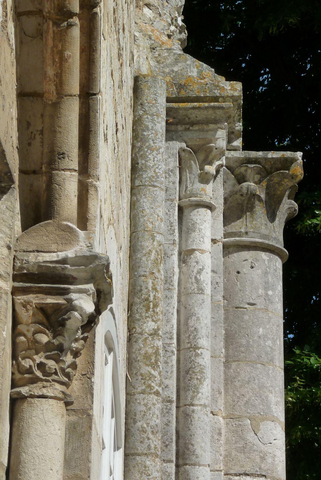 Photographies prises dans l'enceinte de l'ancienne abbaye de Bonport. L'une montre la base des colonnes de Notre-Dame, vendues entre la fin du XVIIIe siècle et le début du XIXe siècle. L'autre montre les vestiges de faisceaux de colonnes engagés dans le mur du dortoir et donc non démontables pour être vendus (clichés d'Armand Launay, juin 2010 pour les bases de colonnes, aout 2016 pour les vestiges accolés au dortoir).