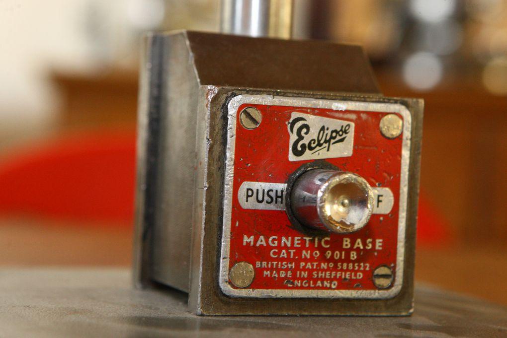 Dénichés dans les ateliers de mécanique, ces anciens aimants  me servent à fixer certaines de mes créations, souvent articulées, sur un socle en acier. Très puissants, ils sont surprenants car ils permettent de fixer la lampe sur n'importe que
