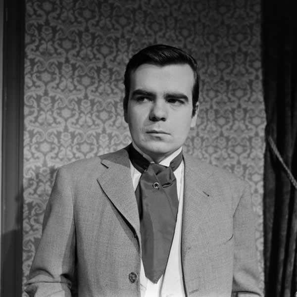 """Michael Lonsdale en Andéii, personnage de la pièce de théâtre """"Les Trois soeurs"""" d'Anton Tchekhov mise en scène par Jean Prat en 1960. (JEAN CLAUDE PIERDET / INA)"""