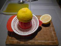 1 - Préparer votre marinade. Verser l'huile d'olive dans un récipient que vous pourrez refermer hermétiquement. Y verser le jus d'un citron complet. Peler et dégermer les gousses d'ail et les presser au presse-ail dans l'huile. Ajouter la citronnelle.