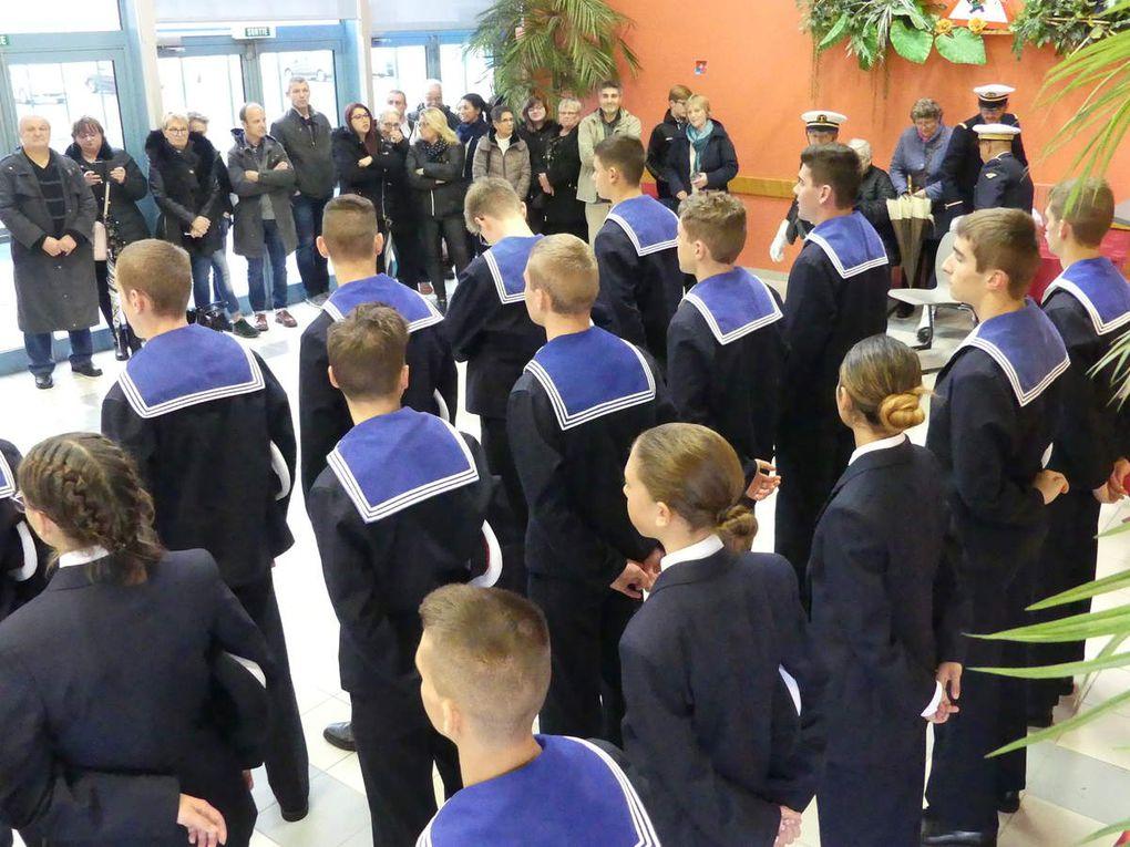 Familles et autorités  présents pour la remise des bachis et du fanion