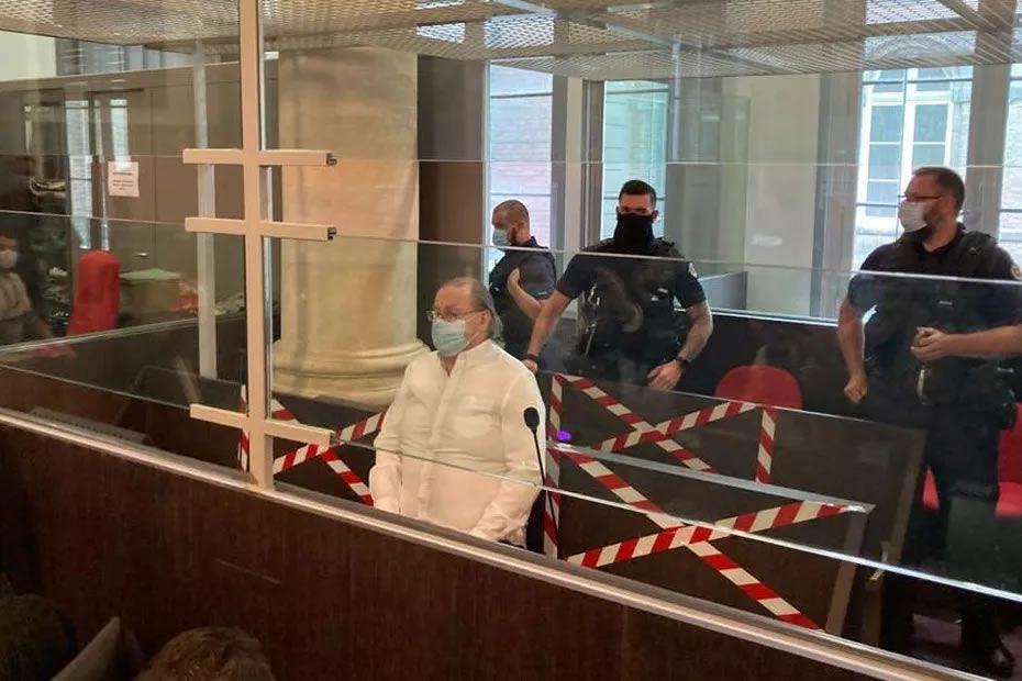 Jacques Rançon dans le box des accusés avant le début de l'audience devant la cour d'assises de la Somme mardi 8 juin 2021 • © Clément Barbet / FTV