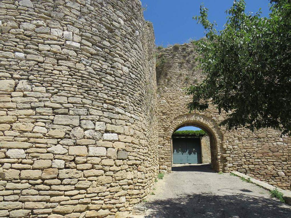 """VENASQUE """"Un des plus beaux villages de France"""" au pied du mont Ventoux"""