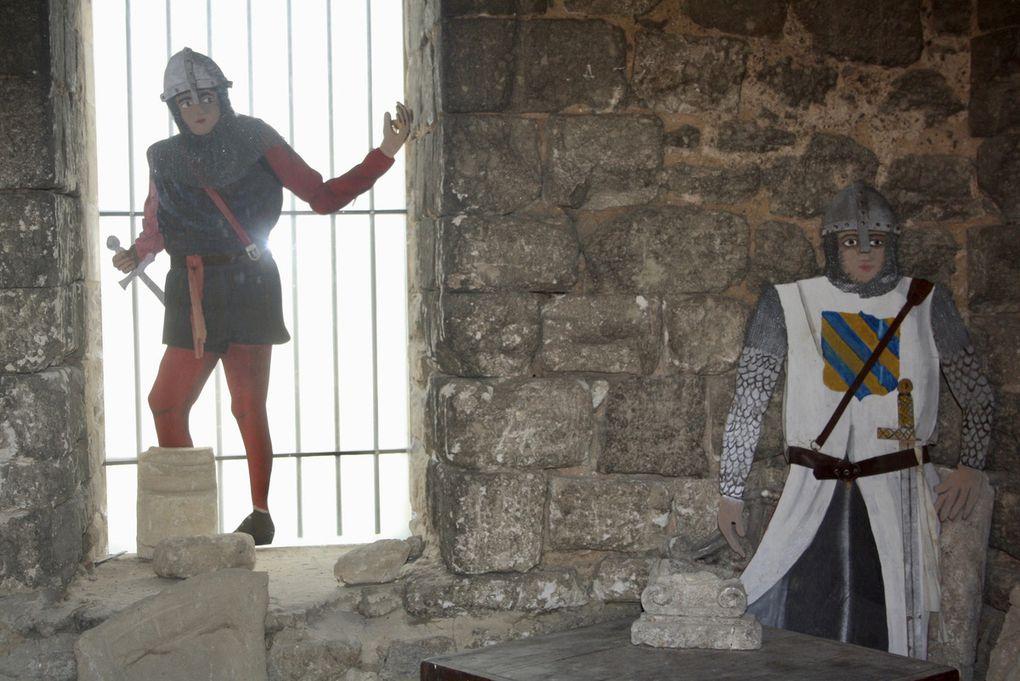 """La tour à bossage : """"Construite au XVème siècle, c'était la tour de défense de l'angle nord-est des remparts. Elle comporte des bossages (saillies en bosses sur les pierres des chaînes d'angle) et des meurtrières en forme de croix templières."""" (Sources site Mairie de Clansayes)."""