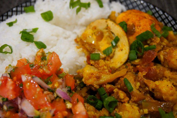 Curry d'œufs mauricien est ses accompagnements