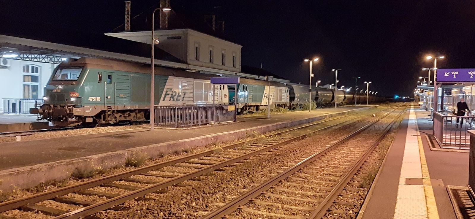 Deux BB 75000, accompagnées d'une rame de wagons céréaliers TransCéréales, en stationnement en gare de Romilly le jeudi 5 novembre au soir