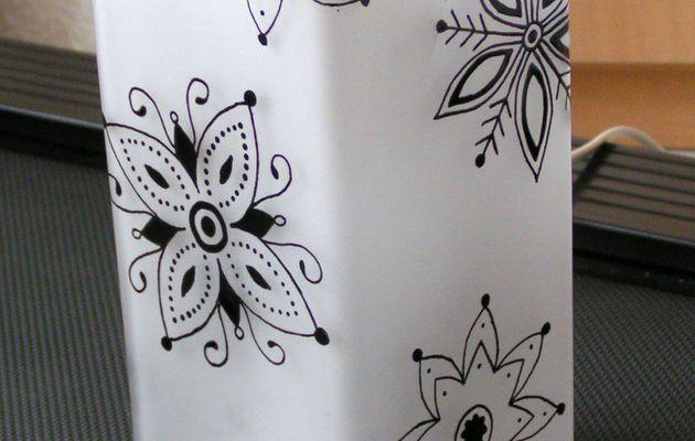 Lampe en verre avec motifs floraux noirs (peinture sur verre)