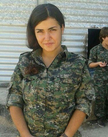 Photos 1 et 2: Ceylan Ozalp, 20 ans, membre des YPJ s'est suicidée pour ne pas être capturée par les islamistes de Daech! Photos 3 et 4: Asie Ramazan Antar, 20 ans, membre des YPJ, a perdu la vie au cours d'une bataille féroce contre l'État islamique dans le nord de la Syrie!