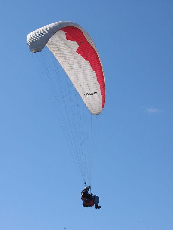 Parapentes sur le Mont San Pedro le 25 mai 2003