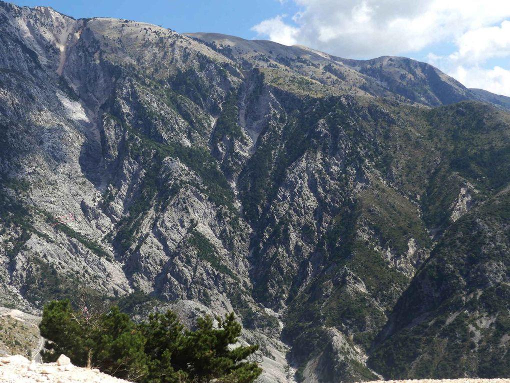 Après Vlorë, la route serpente dans la montagne jusqu'au col