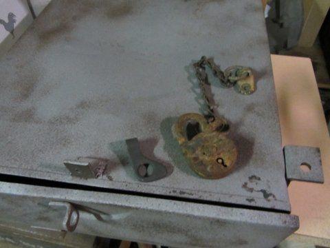 Crédit photos, Pierre Bothorel -coffre sous caisse provenant d'un Opel Blitz pour comparaison de fabrication. Il est plus petit que ce qu'on peut voir sur le Ford
