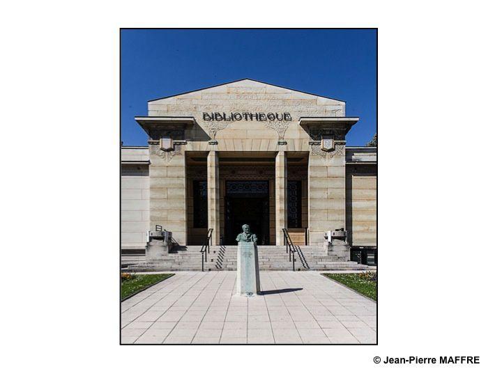 Témoin de l'art déco très présent à Reims, la Bibliothèque Carnegie a été construite à partir de 1921 par Max Sainsaulieu grâce à l'aide de la Dotation Carnegie pour la Paix internationale. En plus de ses 3000 manuscrits parmi lesquels se trouvent 800 manuscrits médiévaux dont 50 de l'époque carolingienne elle conserve, entre autres, 220 incunables.