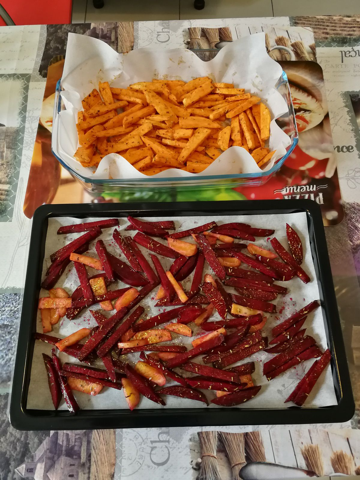 Frites de betterave rouge, betterave jaune & patate douce assaisonnées avec huile d'olive, sel, herbes de Provence & paprika fumé