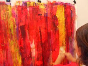 Les enfants ont peint en copiant la gestuelle du peintre Gerhard Richter, ils ont utilisé des cartes pour appliquer la peinture du haut vers le bas de la page. Nous avons alterné les couleurs, par superpositions; rose, orange, puis jaune citron, bleu outremer, violet. On a laissé sècher et le lendemain d'autres enfants on appliqué de la peinture sur la grande fresque, en allant du haut de la feuille vers le bas, pour montrer la verticalité du geste pictural.