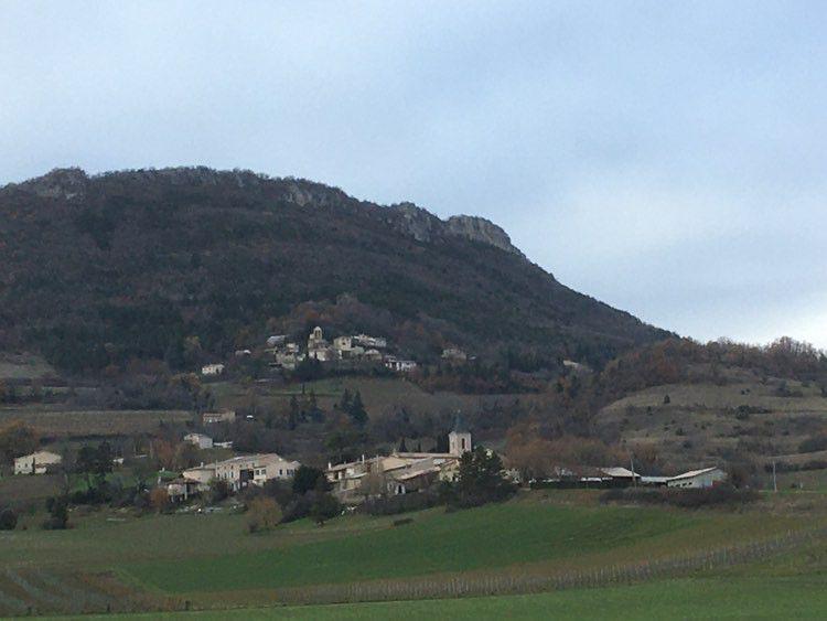 Suze, avec le vieux village en haut