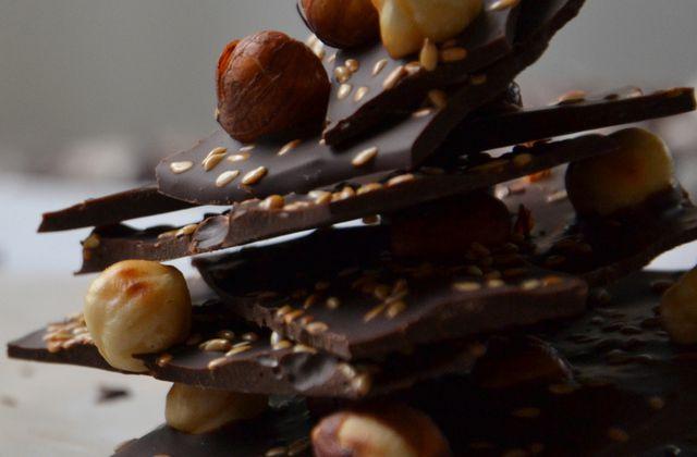 Plaque de chocolat, noisettes et graines de sésame