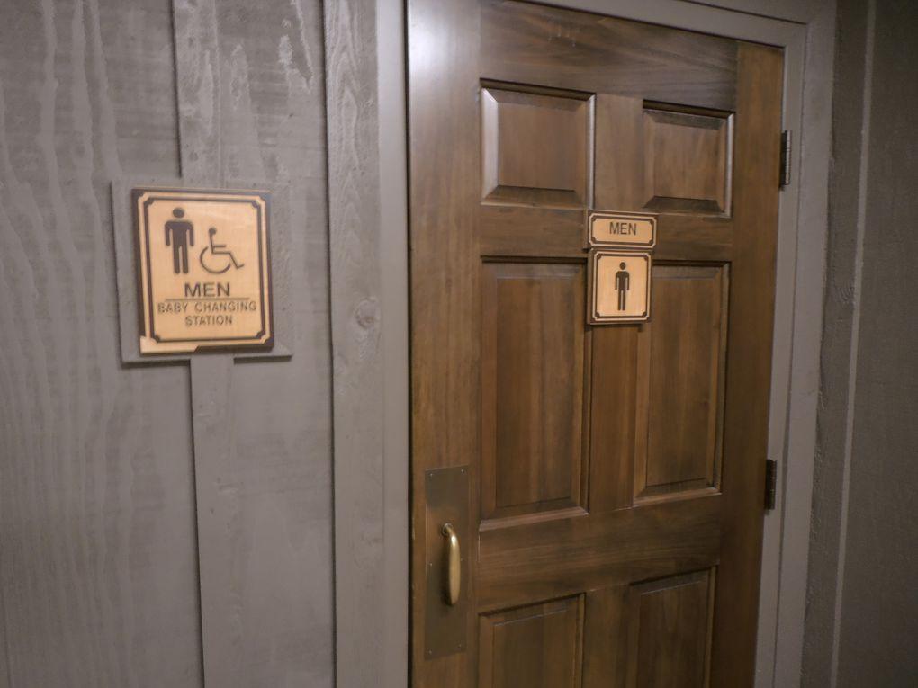 J'avais pointé cette innovation depuis un certain temps mais oublié de vous en parler : certains restaurants mettent dans les toilettes des hommes ces emplacements pour changer les bébés. Ce service est signalé sur la porte d'entrée. Photos prises au restaurant Cracker Barrel.