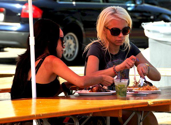femme brune blonde seule charme bernieshoot