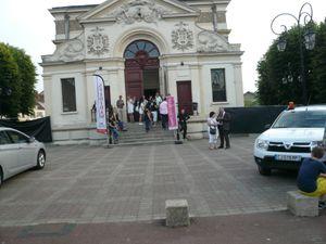 Face au théâtre qui abrite le staff technique, et de dos, le chapiteau de la grande scène par l'entrée des artistes.