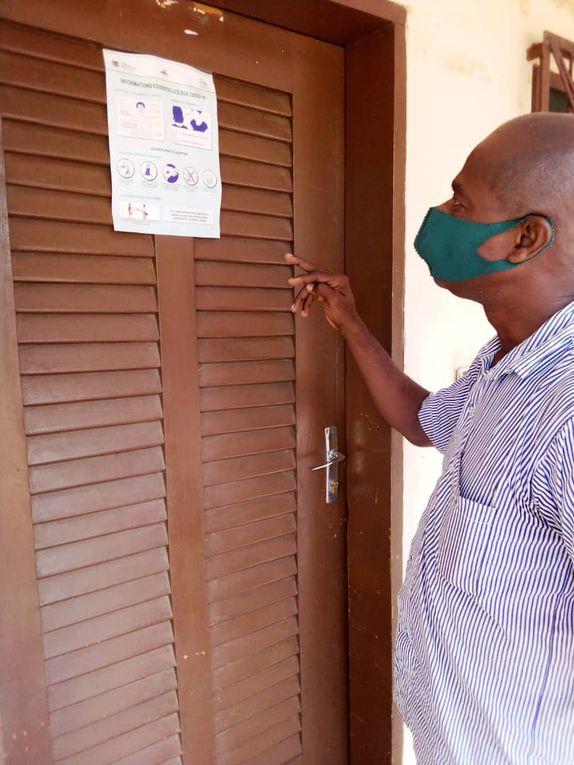 Maire de Djakotomey, Affichage gestes barrieres, arrivée du colis de L'OREAL,Distribution des kits sanitaires,système de lavage des mains eau-savon.
