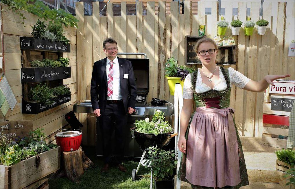 Pura vida – eine ungezählte Kräutervielfalt für Grill, Küche und Gesundheit erfüllt alle Wünsche zum Würzen und die Besucher konnten die von Gärtnermeisterin Lena Etthöfer hergestellte Kräuterlimonade kosten.